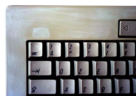 Retr0Bright - Tastiera rovinata (dettaglio evidenziato in PhotoShop)