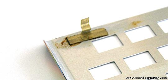 placca della tastiera dello ZX Spectrum (con ganci, dettaglio)